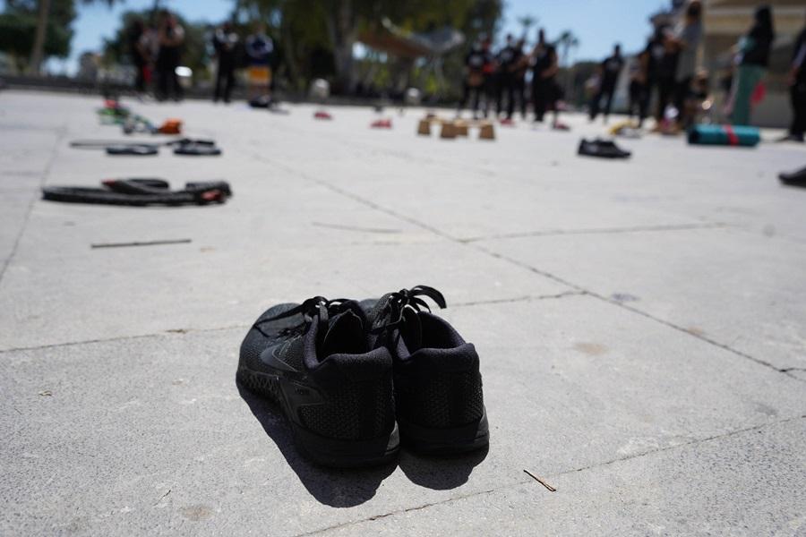 αθλητικά παπούτσια στο έδαφος