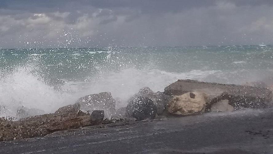 κύματα στον λιμενοβραχίονα
