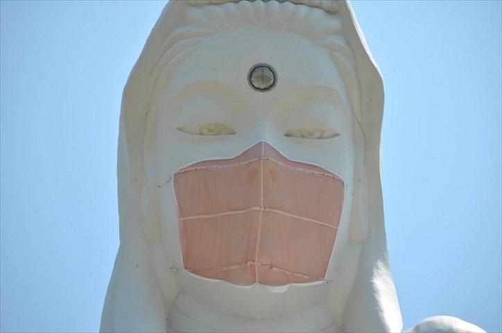 Η μάσκα στο άγαλμα ως προσευχή για το τέλος της πανδημίας