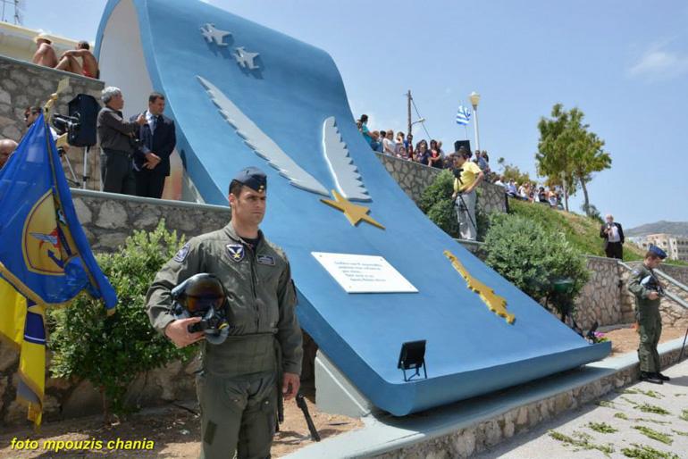 Το μνημείο της Καρπάθου, αφιερωμένο στον Κώστα Ηλιάκη.