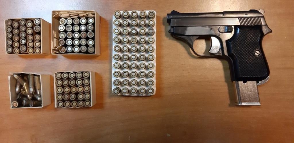 Το πιστόλι που βρήκαν οι αστυνομικοί και οι σφαίρες