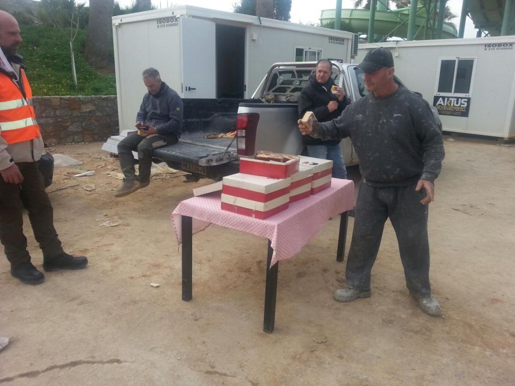 Οι οικοδόμοι του Ηρακλείου έκοψαν την πρωτοχρονιάτικη πίτα τους