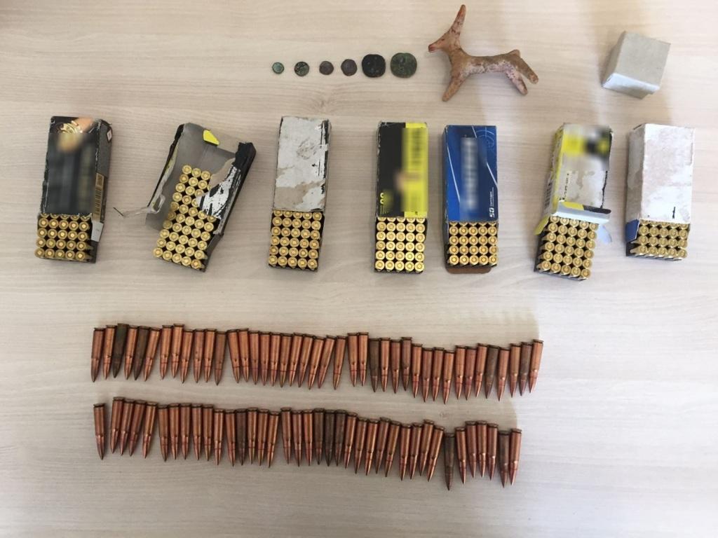 Εκατοντάδες σφαίρες είχε στην κατοχή του ο συλληφθέντας.