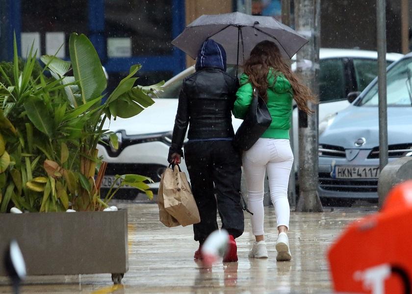 Υπό βροχήν η έξοδος των καταναλωτών στο Ηράκλειο