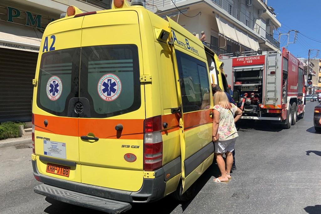 Ασθενοφόρο του ΕΚΑΒ παρέλαβε ένα άτομο και το μετέφερε στο νοσοκομείο, με έγκαυμα στο χέρι.