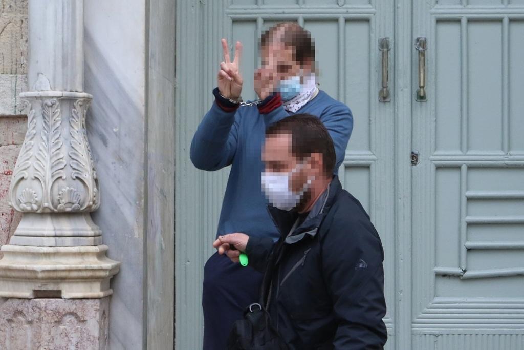 Ο άνθρωπος με τον οποίο ήταν η κοπέλα όλο αυτό το διάστημα, κάνει το σήμα της νίκης, βγαίνοντας από το δικαστικό μέγαρο.