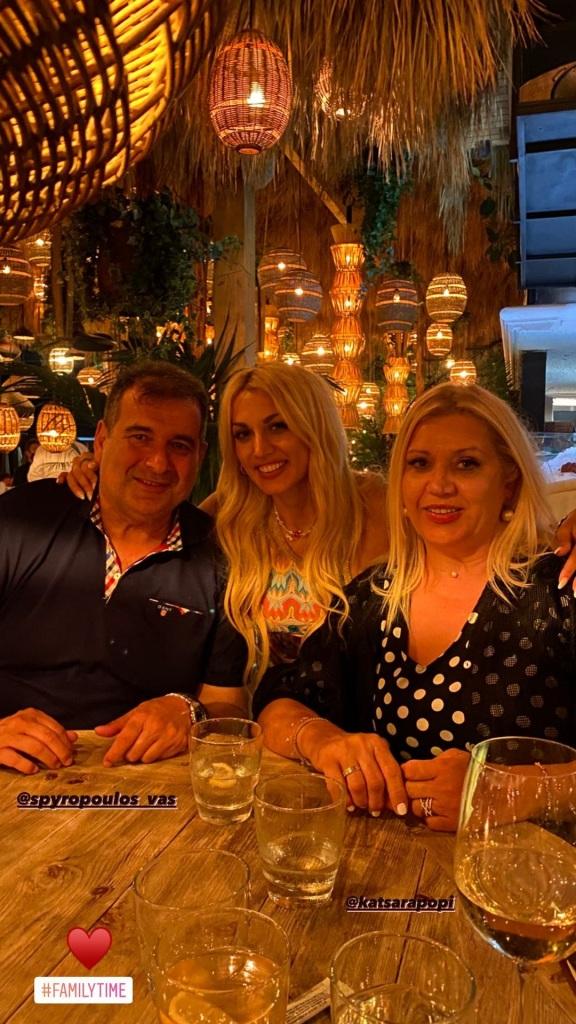 Η Kωνσταντίνα Σπυροπούλου με τους γονείς της