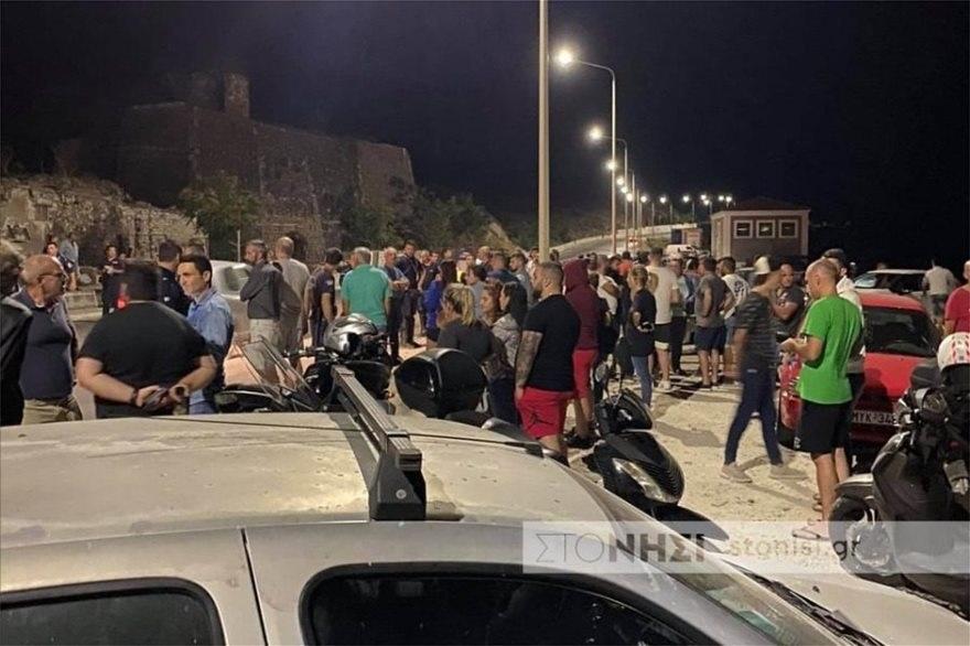 Λέσβος- αμάξι έπεσε πάνω σε διαδηλωτές
