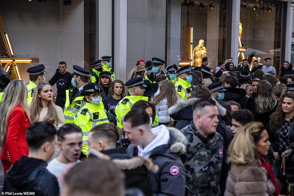 Η αστυνομία προσπαθεί να συγκρατήσει το πλήθος