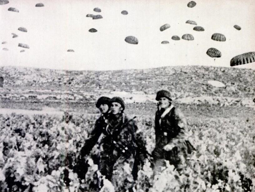 Γερμανοί αλεξιπτωτιστές κατά την διάρκεια των μαχών στην περιοχή του Καρτερού Ηρακλείου.