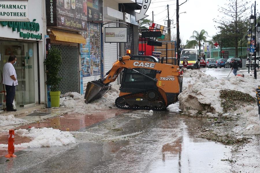Μηχανήματα καθαρίζουν τους δρόμους στα Μάλια