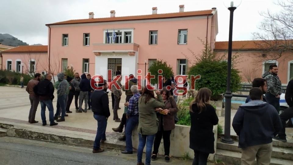 Συγγενείς του θύματος, έξω από το δικαστικό μέγαρο Νεαπόλεως