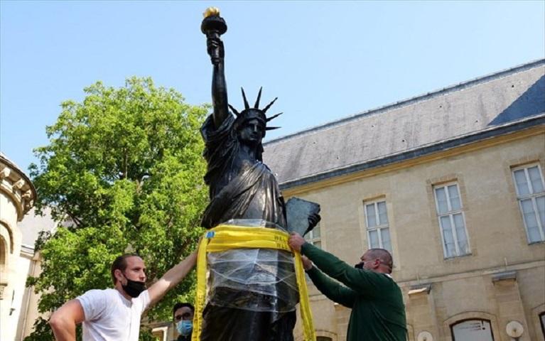 Χρησιμοποίησαν γερανό για να ανυψώσουν απαλά το άγαλμα
