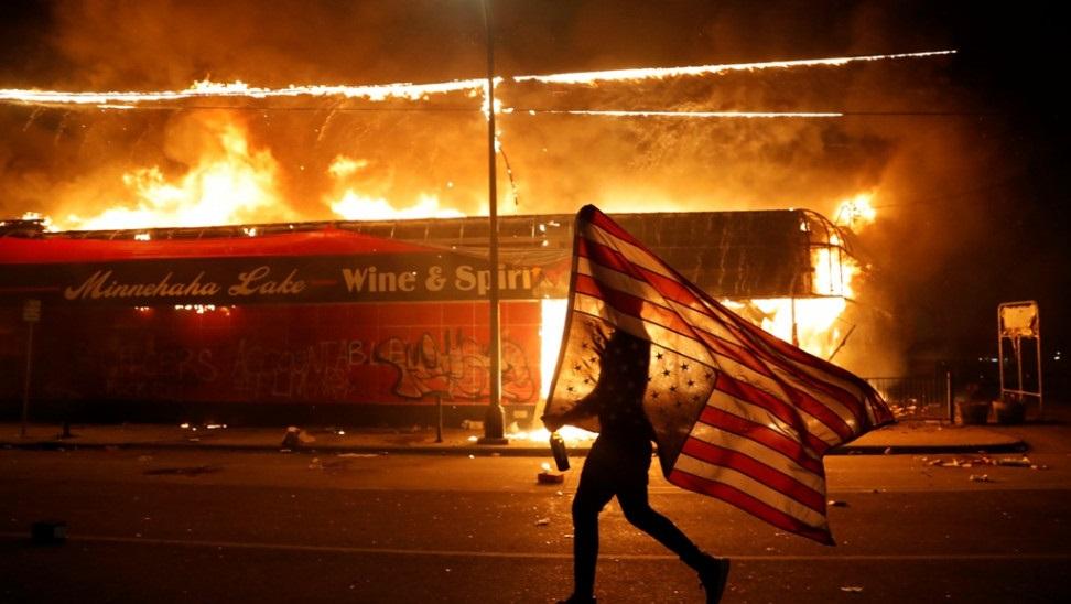 Νέες ταραχές στη Μινεάπολις παρά την απαγόρευση κυκλοφορίας
