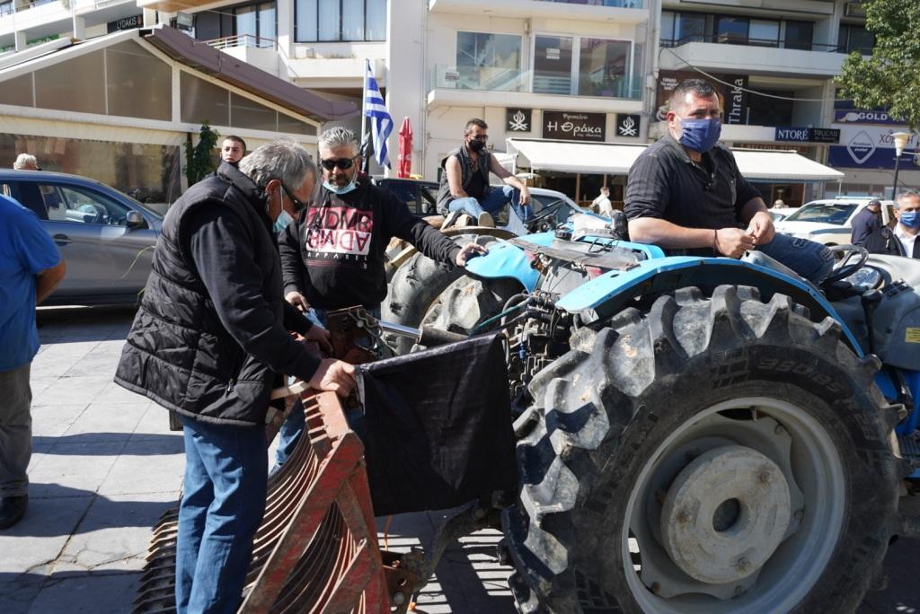 Πρώτος σταθμός της μηχανοκίνητης πορείας το κτίριο της Περιφέρειας Κρήτης