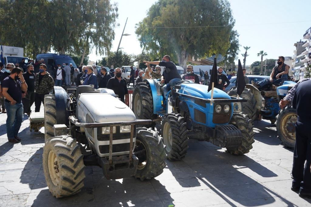 Τρακτέρ, κλούβες και αγροτικά οχήματα επιστρατεύτηκαν στη σημερινή διαμαρτυρία