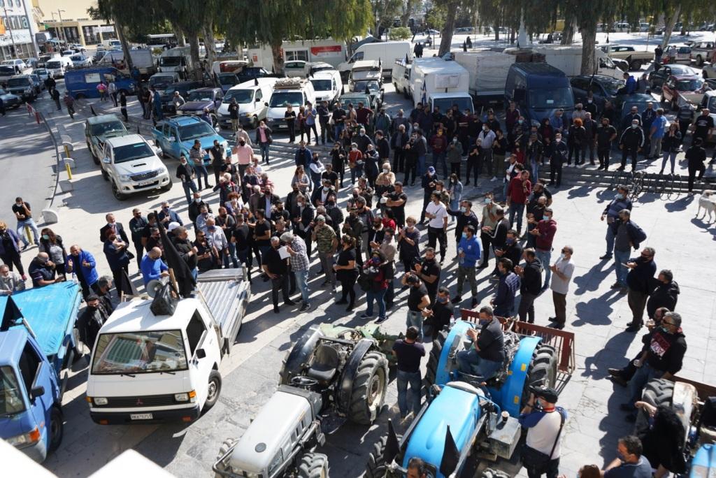 Με μαύρες σημαίες οι μικροέμποροι και μικροπαραγωγοί των λαϊκών διαμαρτυρήθηκαν για το νομοσχέδιο.