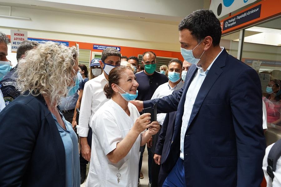 O Yπουργός συνομιλεί με εργαζόμενους