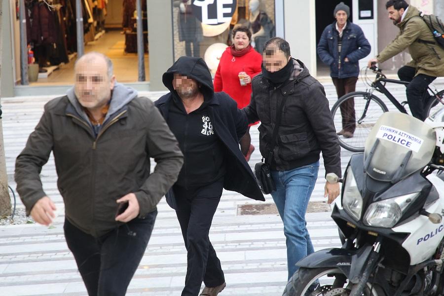 Συνοδεία αστυνομικών ο 50χρονος, προσέρχεται στο δικαστικό μέγαρο
