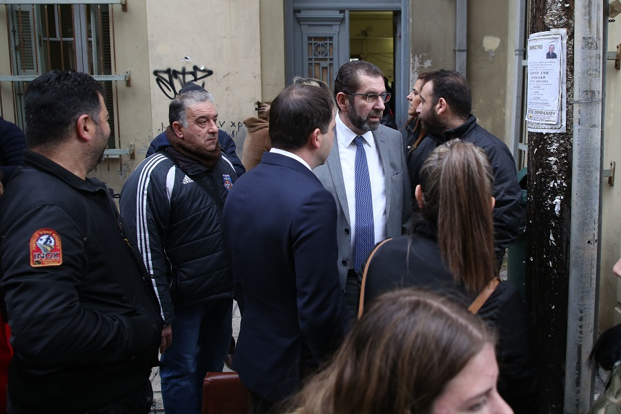 Ο δικηγόρος Γιάννης Στειακάκης, έξω από το δικαστικό μέγαρο