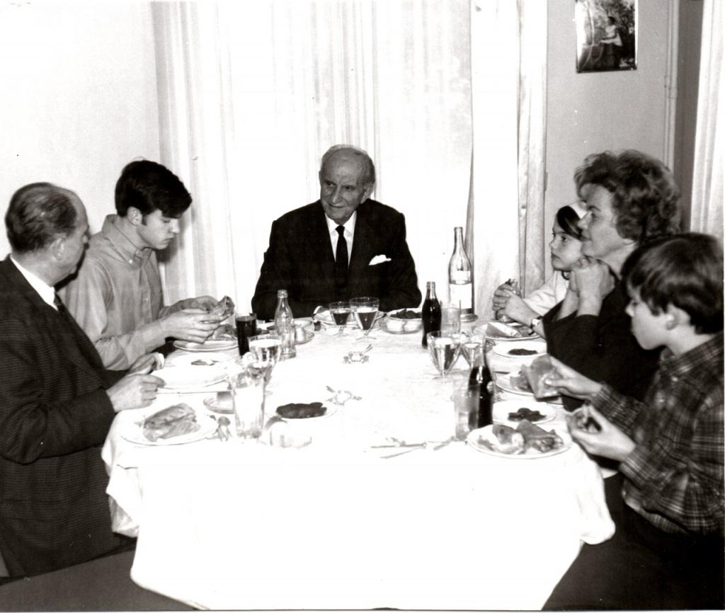 Από αριστερά: Ανδρέας Παπανδρέου, Γιώργος Παπανδρέου, Γεώργιος Παπανδρέου, Σοφία και Αντρίκος και ανάμεσά τους η Μαργαρίτα - Φωτογραφία: twitter/NicosPapandreou