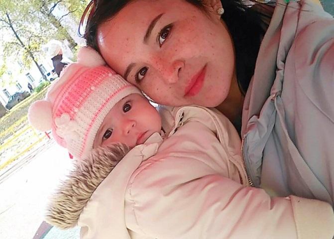 Η Galiya με την κορούλα της