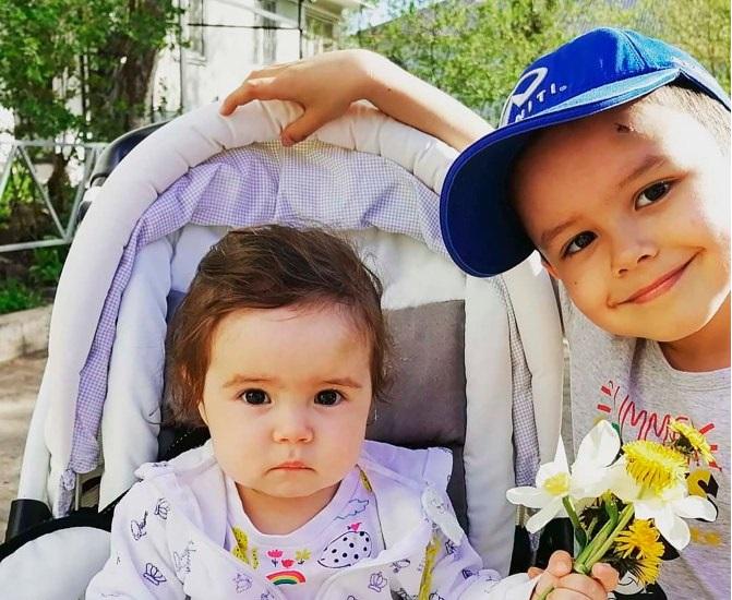 Ο  6χρονος Askarι με την μόλις 18 μηνών Ayana