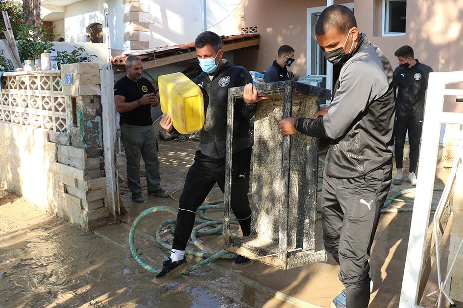 Παίκτες του ΟΦΗ βοηθάνε τους πλημμυροπαθείς