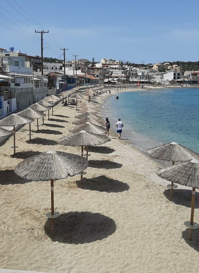 ομπρέλες στην παραλία της Αγίας Πελαγίας