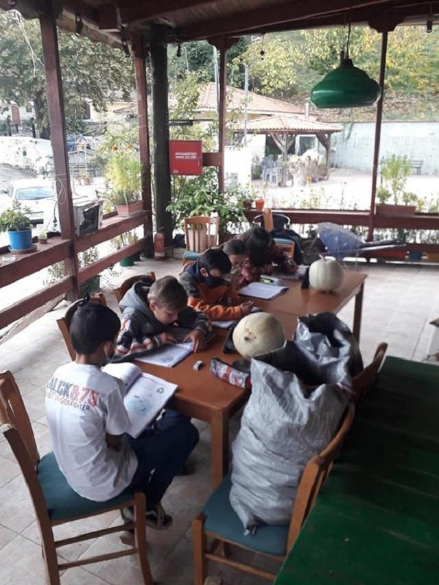 Τηλεκπαίδευση δύο ταχυτήτων - Οι μαθητές του χωριού κάνουν μάθημα μέσα στο κρύο