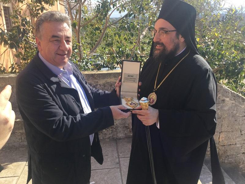 Ο Περιφερειάρχης έδωσε εγκόλπιο στον Επίσκοπο