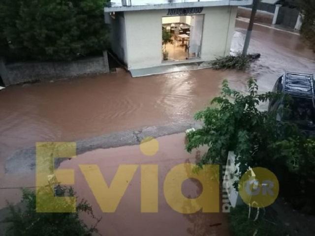 Αρκετά ισόγεια σπιτιών έχουν πλημμυρίσει - Εύβοια