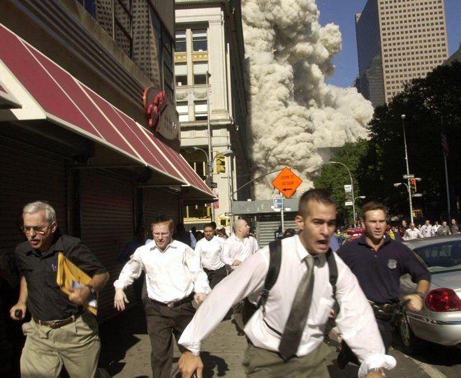 Άνθρωποι τρέχουν να σωθούν από τη φονική επίθεση στους Δίδυμους Πύργους