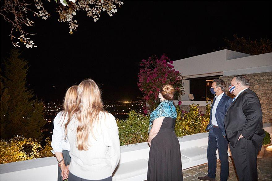 Συζήτηση στη βεράντα με θέα το λιμάνι της Σούδας