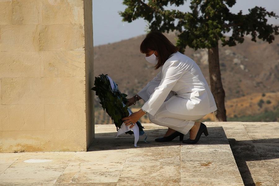 Κατάθεση στεφάνου από την Πρόεδρο της Δημοκρατίας στο μνημείο του ολοκαυτώματος στο Σελί Αμιρών