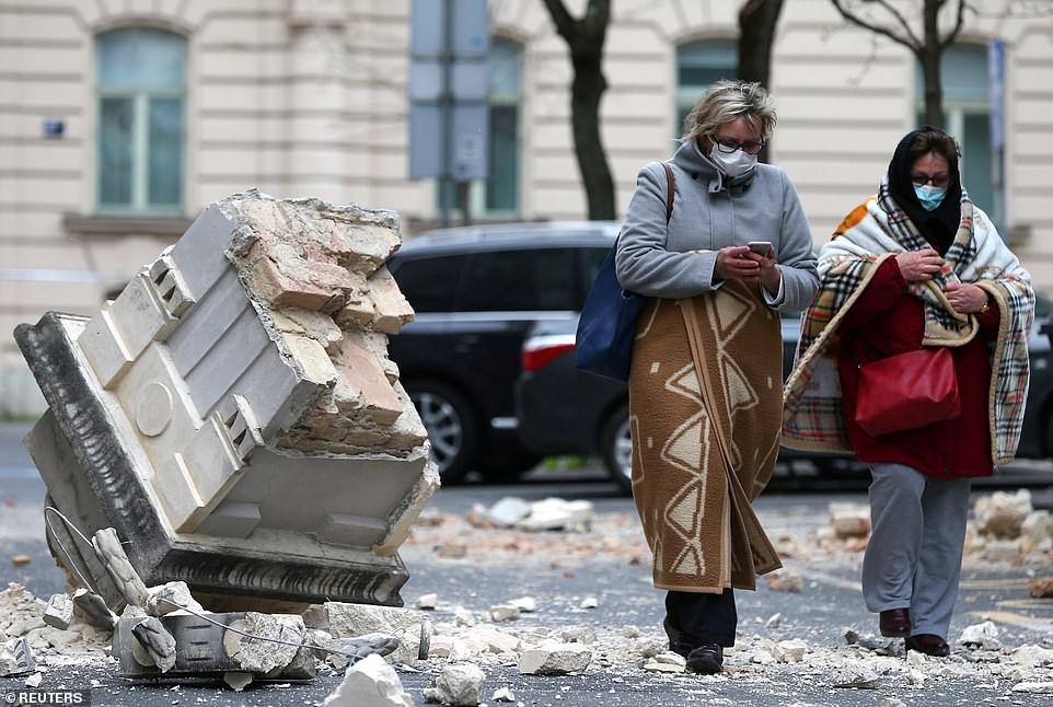 Ο κόσμος βγήκε στους δρόμους, κτίρια υπέστησαν ζημιές