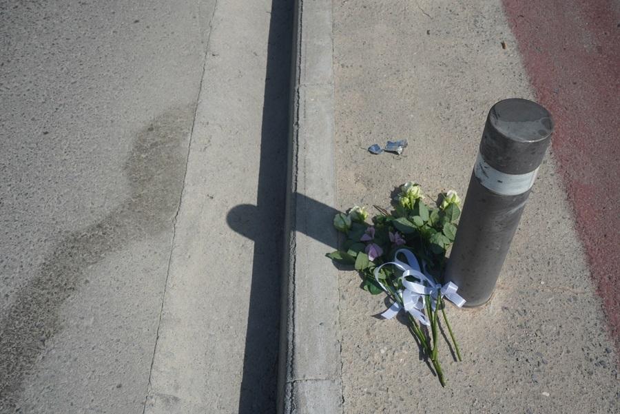 Λουλούδια εκεί που χάθηκαν οι δύο φίλοι...