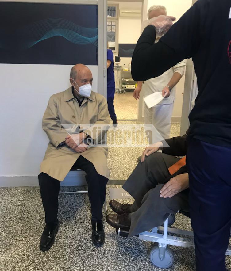 Ο πρώην πρωθυπουργός Κώστας Σημίτης μετέβη στον «Ευαγγελισμό» για να εμβολιασθεί για τον κορωνοϊό