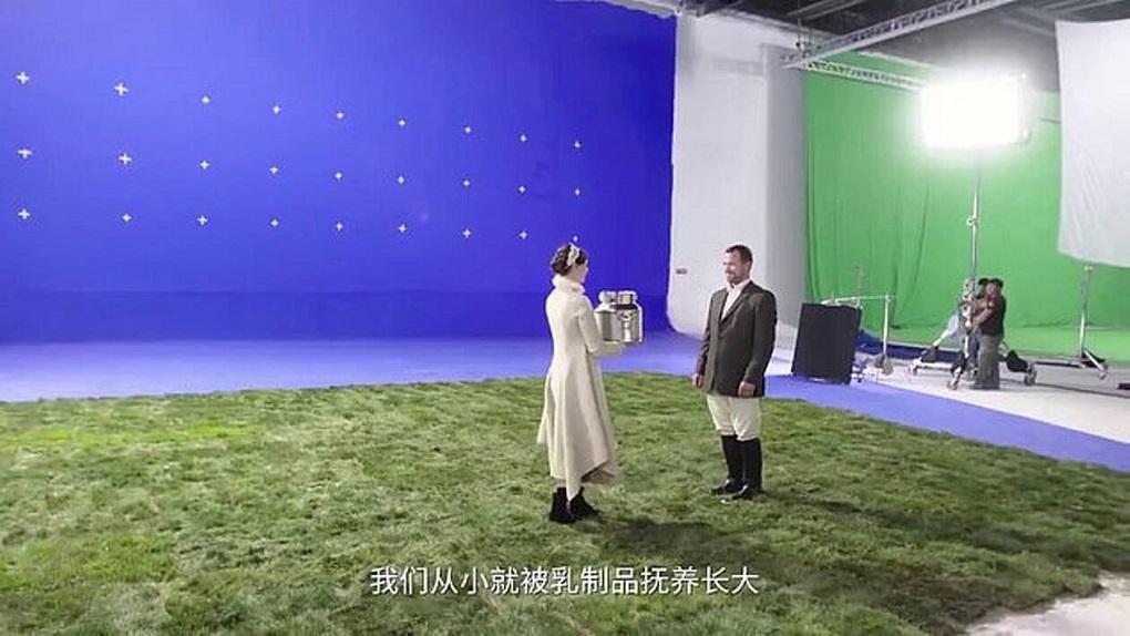 Σκηνές από τη διαφήμιση που συμμετάσχει ο Peter Phillip