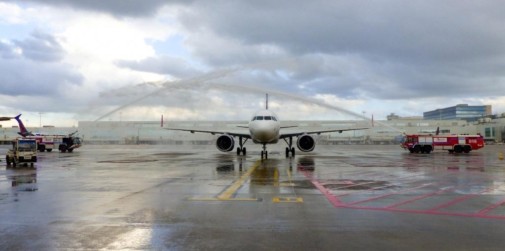 Η υποδοχή του αεροσκάφους της SKY express στο αεροδρόμιο των Βρυξελλών.