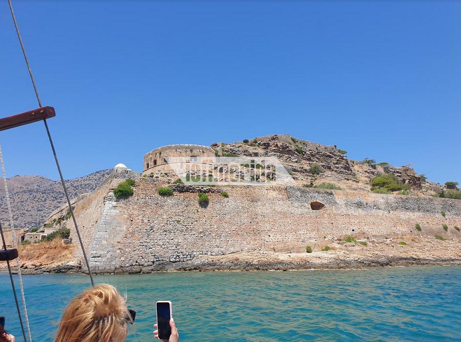 Ελάχιστοι τουρίστες επισκέπτονται το νησί Πηγή:iefimerida.gr