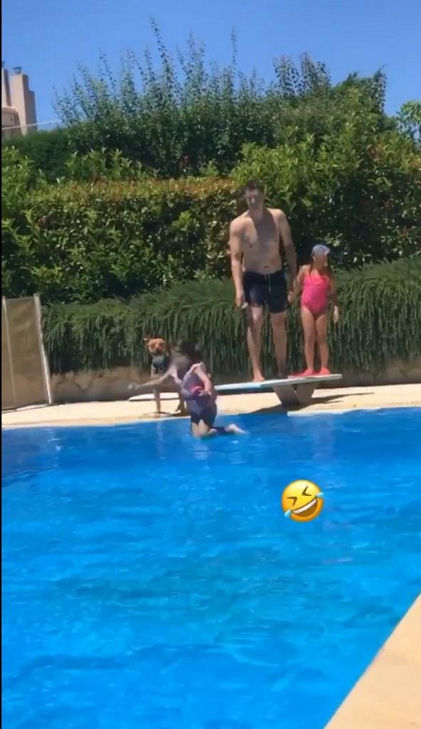 Η οικογένεια Σρόιτερ στη πισίνα