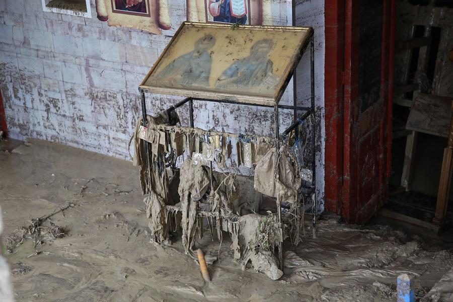Το νερό εισέβαλε στο εκκλησάκι και προκάλεσε μεγάλες ζημιές