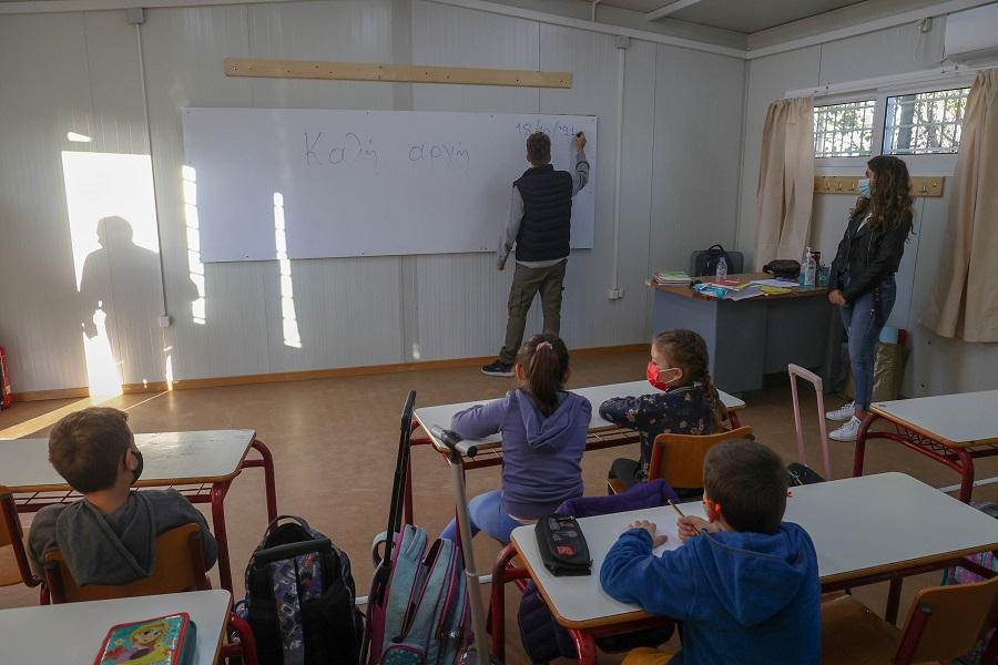 Μάθημα στις λυόμενες αίθουσες για τους μικρούς μαθητές στο Αρκαλοχώρι