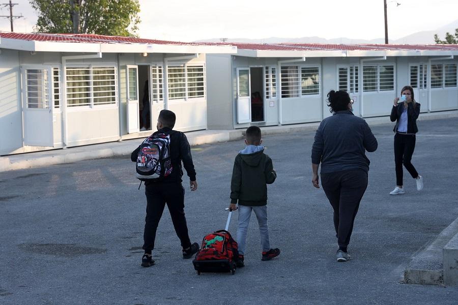 Τα παιδιά με τις σάκες τους πηγαίνουν για μάθημα