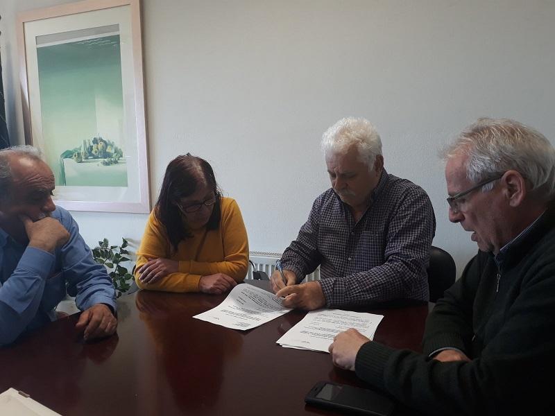 Ο Δήμαρχος Μηνάς Σταυρακάκης, υπογράφει τη σύμβαση