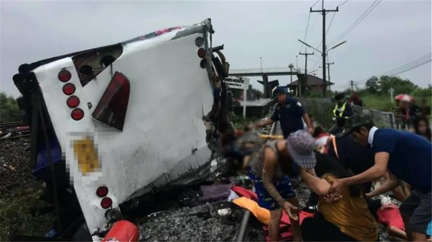 λεωφορείο συγκρούστηκε με τρένο