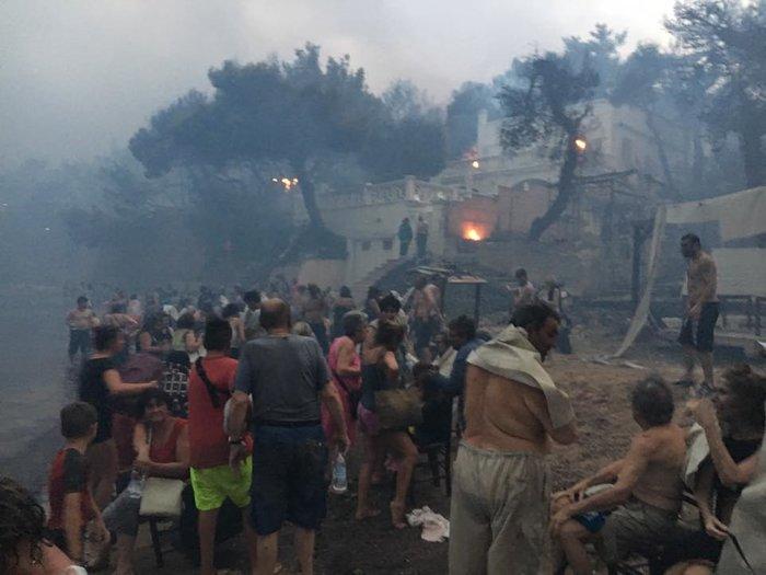 Έντρομοι κάτοικοι προσπαθούν να γλιτώσουν από τις φλόγες στη θάλασσα