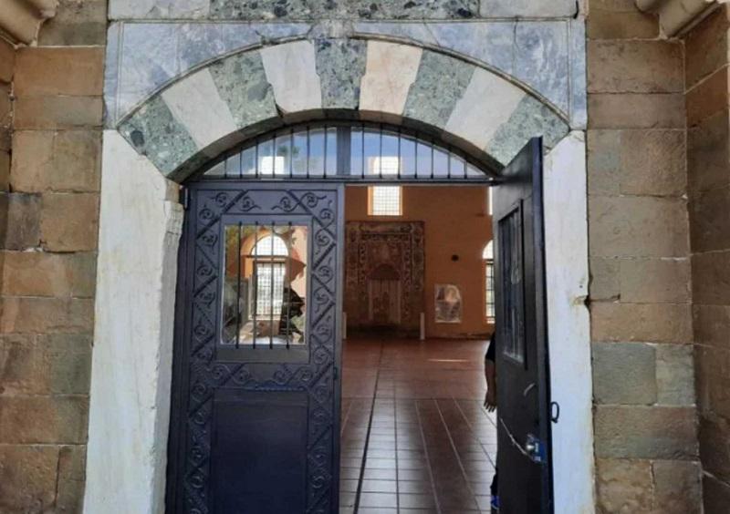 Πέταξαν πέτρες σε τζαμί στα Τρίκαλα