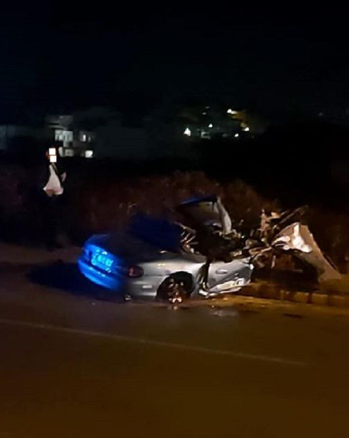 Διερχόμενοι οδηγοί σταματούν να δουν τα συντρίμμια από το αυτοκίνητο